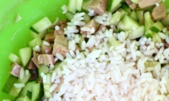 Смешиваем ингредиенты., добавляем рис