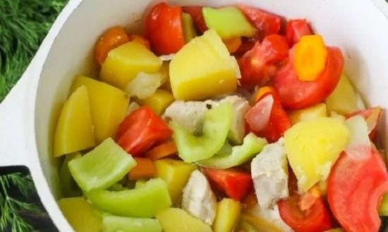 Выкладываем томаты и перец в кастрюлю