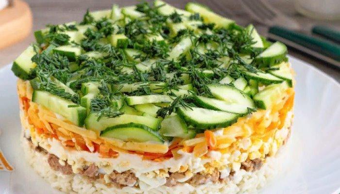 Слоёный салат с печенью трески и сыром