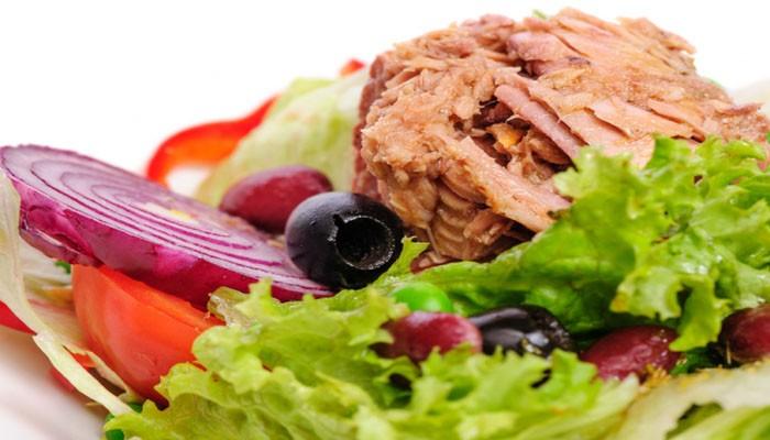 Салат с фасолью, тунцом и сухариками