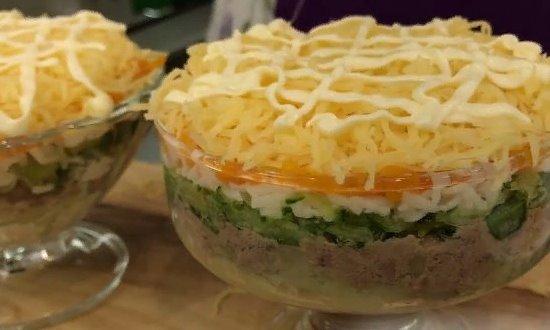 Сверху сыр и сеточка из майонеза