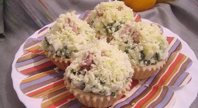Салат из консервированной печени трески в тарталетках