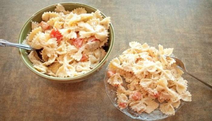 Тёплый салат с тунцом и макаронами