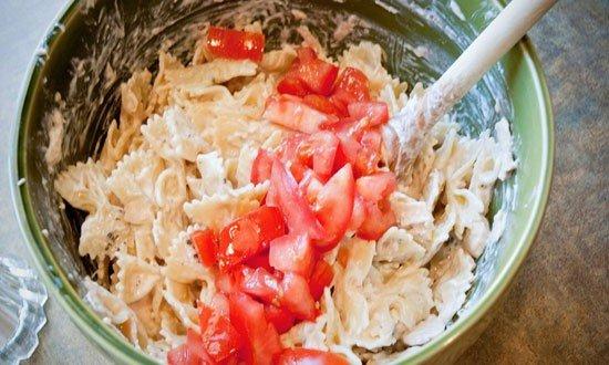 смешиваем помидоры макаронами