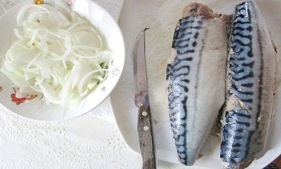 очистить рыбу, нарезать лук