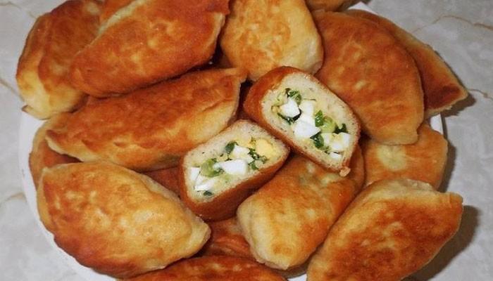 Жареные пирожки с зелёным луком и яйцом