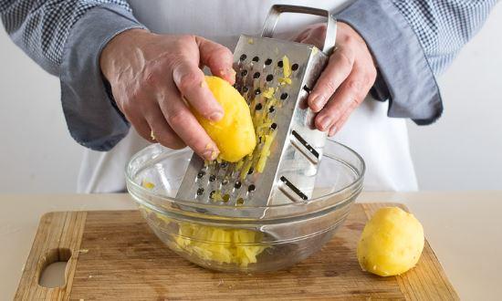 натираем отварной картофель
