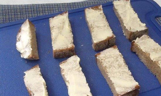 Хлеб смазываем маслом