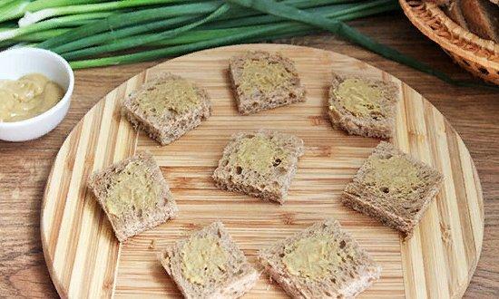 Смазываем хлеб горчицей