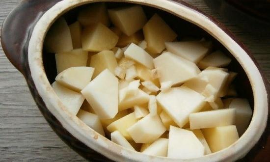 Выкладываем картофель