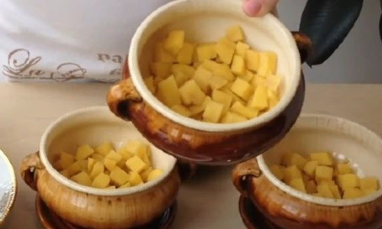 В горшочек выкладываем картофель