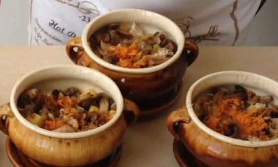 Выкладываем обжаренные лук и морковь