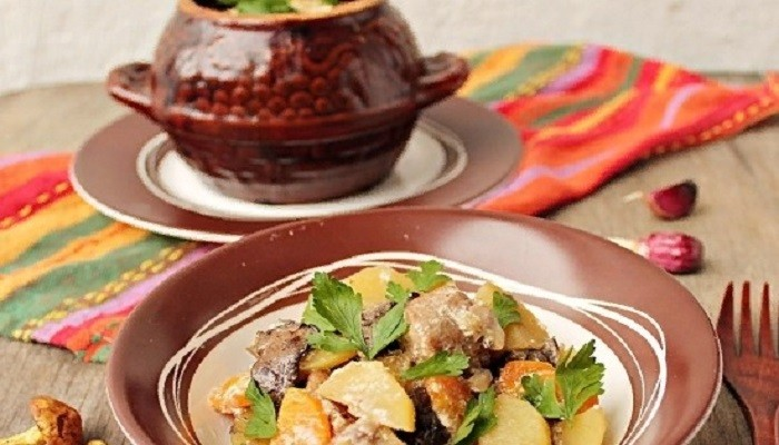 Мясо с шампиньонами в горшочке