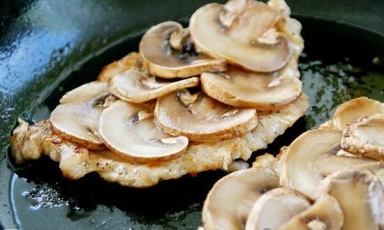 Выкладываем на мясо грибы