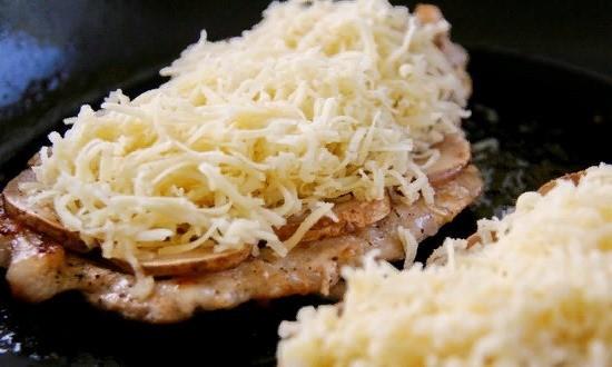 Покрываем ровным слоем сыра