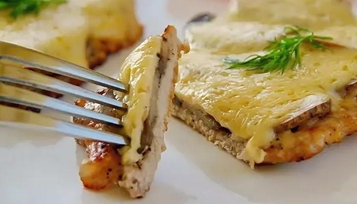Отбивные из свинины с грибами и сыром на сковороде