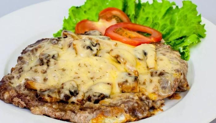 Отбивная с грибами, луком и сыром