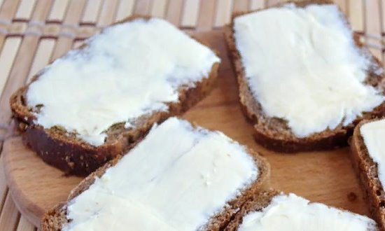 На хлеб намазываем масло