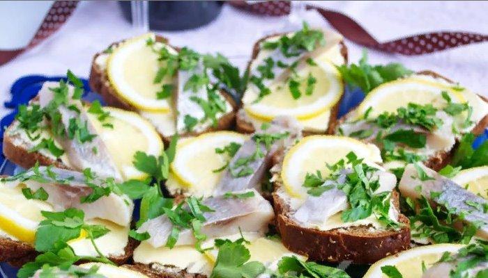 Бутерброды с сельдью и лимоном