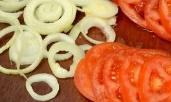 Измельчаем помидоры и лук