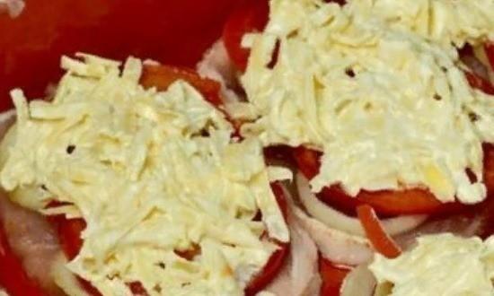 Выкладываем сырную массу на отбивные