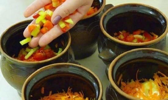 Выкладываем овощи в горшочки