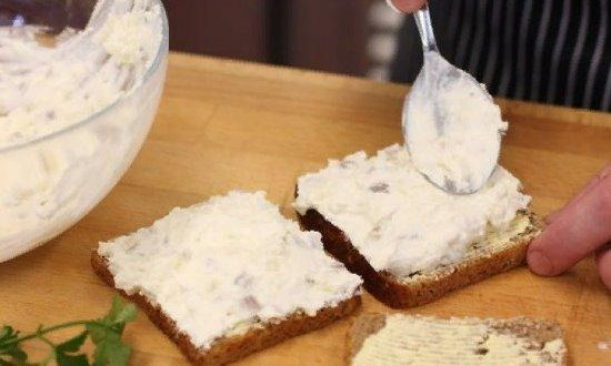 Намазываем бутерброды смесью из рыбы и сыра
