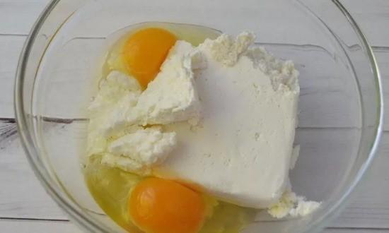 Разминаем творог с яйцами