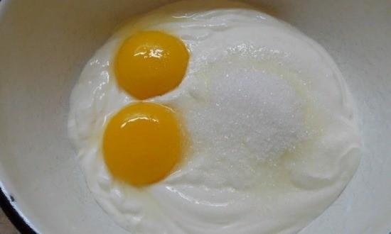 Яйца смешиваем со сметаной и сахаром