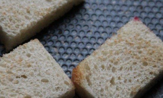 Подсушиваем хлеб