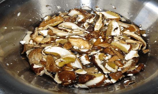 залить грибы водой
