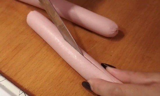 Разрезаем сосиску