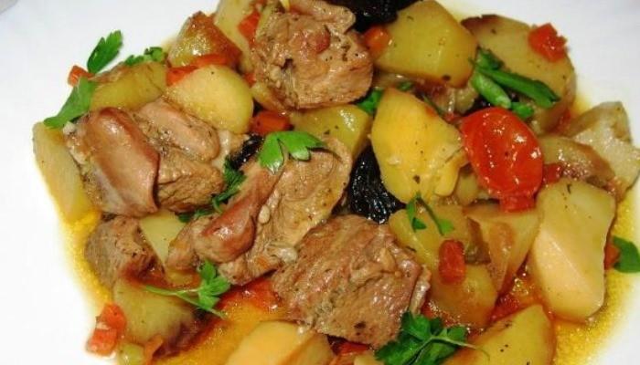 Мясо индейки с картошкой в горшочках
