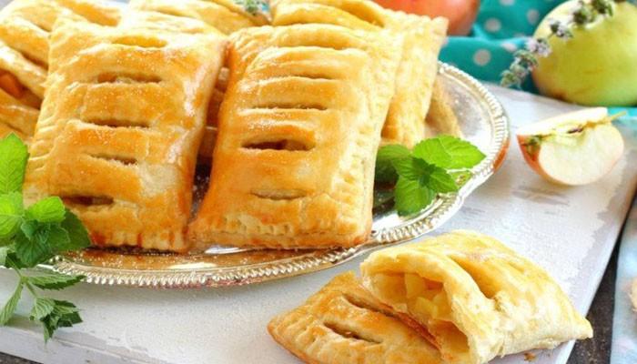Пирожки с яблоками из слоёного теста