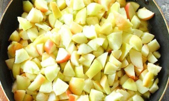 порезанные яблоки на сковороде