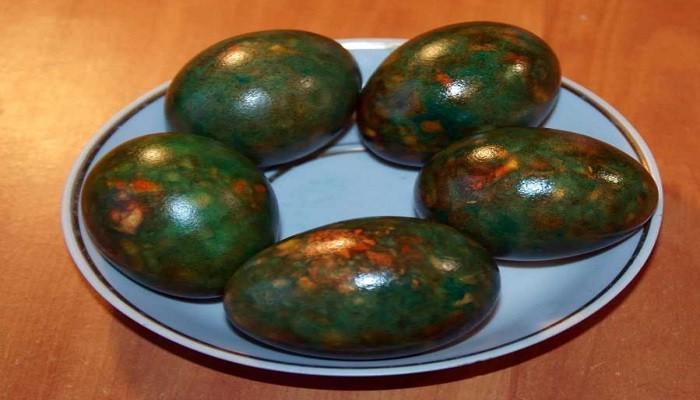 красим яйца зеленкой