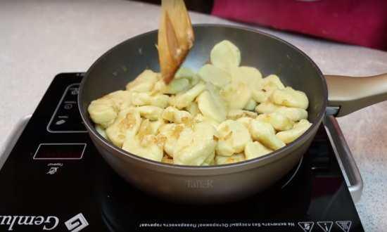 прожариваем вареники на сковороде