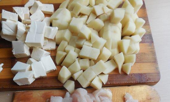 режем картофоель и сыр