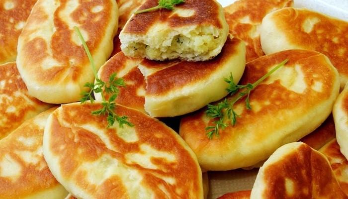 Пирожки с картошкой жареные на сковороде — 5 простых домашних рецептов