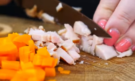 нарезаем компоненты для салата