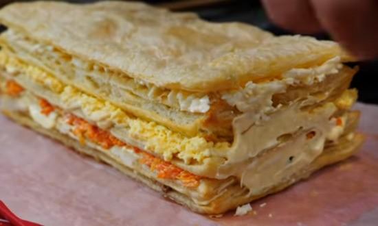 формируем салат, чередуя начинку со слоеными коржами