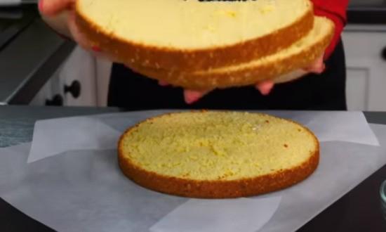 разделили бисквит на 3 коржа