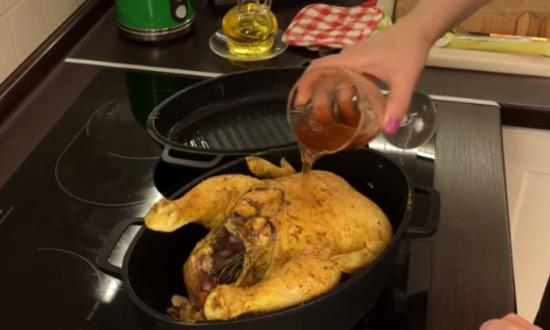 помещаем курицу в утятницу для запекания, поливаем вином