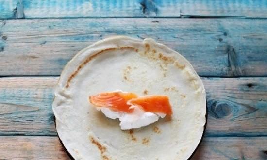 На сыр кладём ломтики рыбы