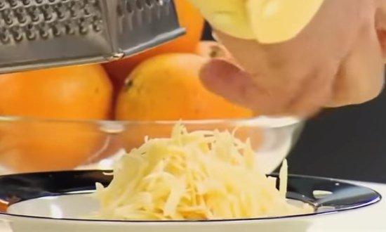 Натираем сыр и выкладываем в соус