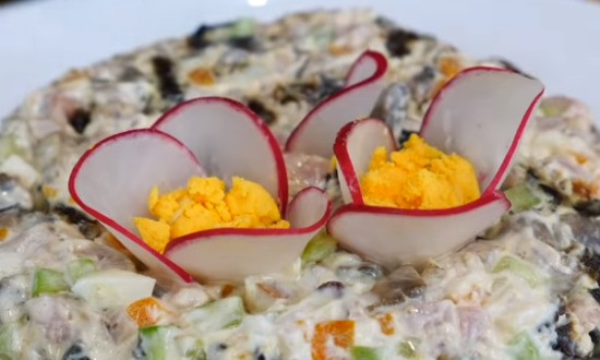 декорируем салатик (имитация фиалки)