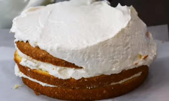 смазываем торт сбоку и сверху