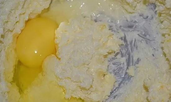 Добавляем яйца, хорошо перемешиваем