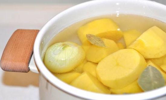 картофель, лук, в воде в кастрюле
