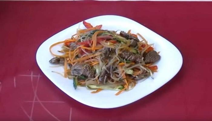 Мясной салат с фунчозой и овощами